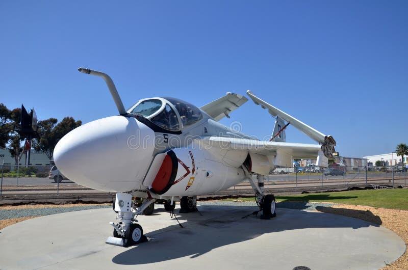 Exposição do avião de combate do intruso A-6 dentro de voar o museu da aviação de Leatherneck em San Diego, Califórnia fotografia de stock royalty free