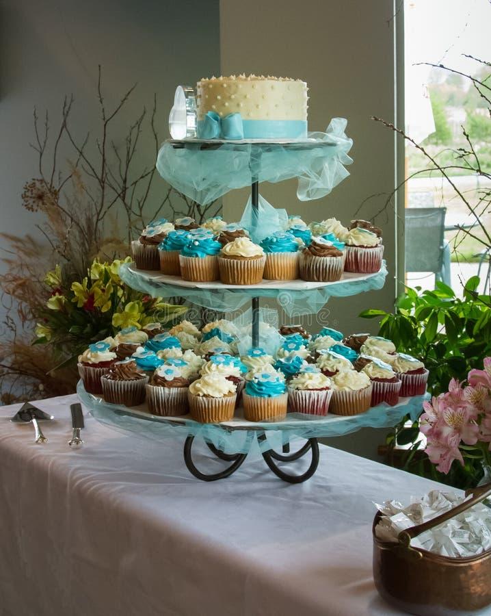 Exposição do bolo e do queque de casamento fotografia de stock