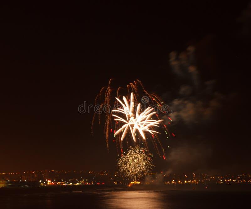 Exposição do fogo de artifício em um lugar litoral fotos de stock