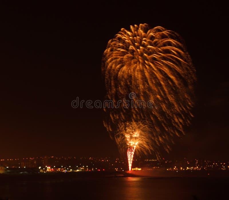 Exposição do fogo de artifício em um lugar litoral imagens de stock