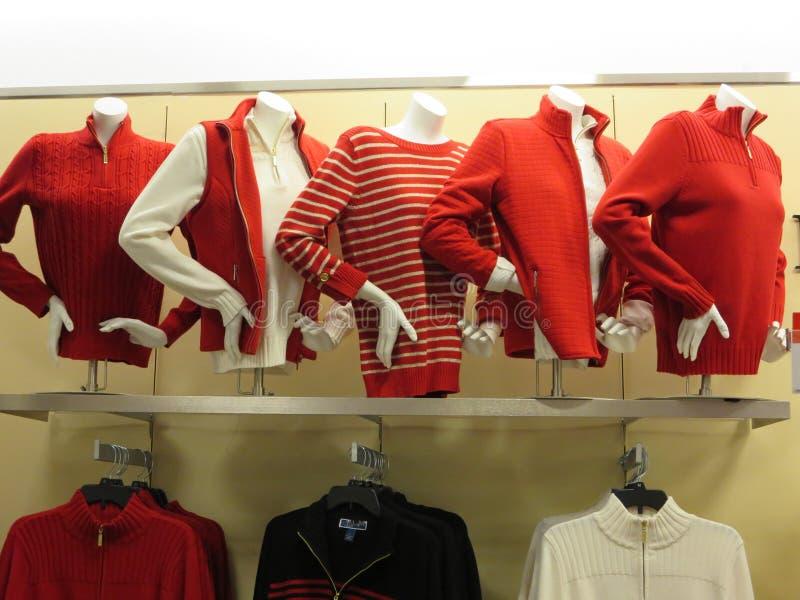 Exposição do manequim da roupa do inverno fotos de stock