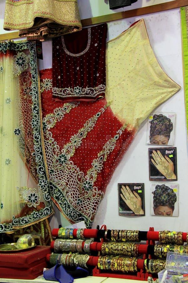 Exposição do sari bonito e exemplos de tatuagens da hena no shopping local, Fiji, 2015 imagens de stock royalty free