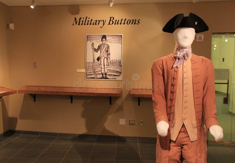 A exposição do vestido de período e de botões militares apresenta os uniformes durante a guerra, forte Ticonderoga dos soldados,  foto de stock