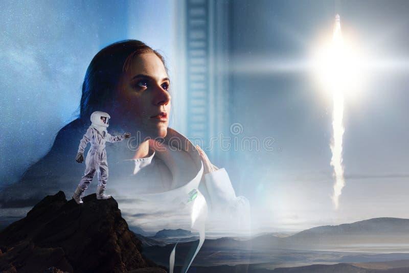 Exposição dobro Astronauta em um outro planeta Retrato da menina bonita nova em um spacesuit fotografia de stock