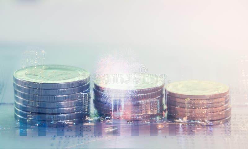 Exposição dobro da cidade e fileiras das moedas imagens de stock