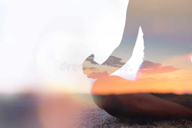 Exposição dobro da ioga praticando da jovem mulher na natureza fotografia de stock
