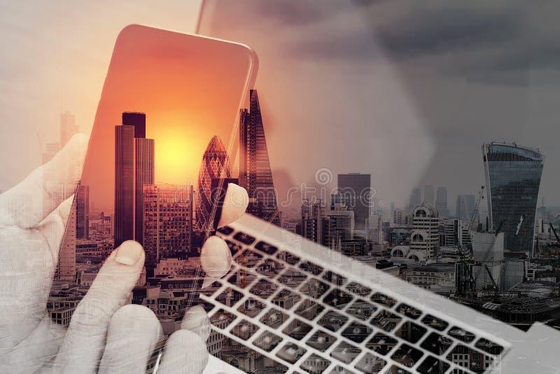 exposição dobro da mão usando o telefone esperto, portátil, operação bancária em linha foto de stock royalty free