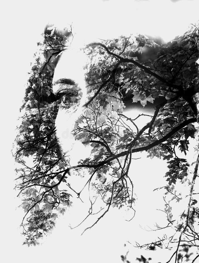 Exposição dobro da menina bonita nova entre as folhas e as árvores O retrato da senhora atrativa combinou com a fotografia da árv ilustração do vetor
