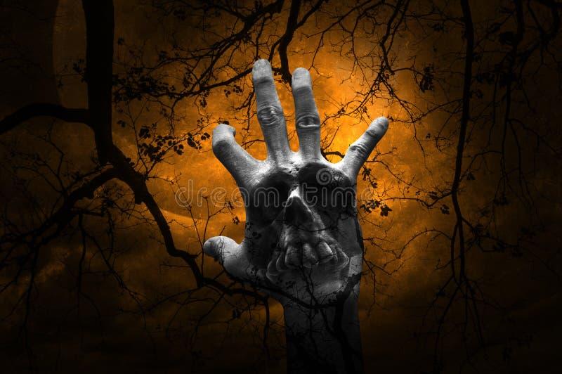 Exposição dobro da mistura da mão com o crânio humano sobre a árvore inoperante, m fotografia de stock royalty free