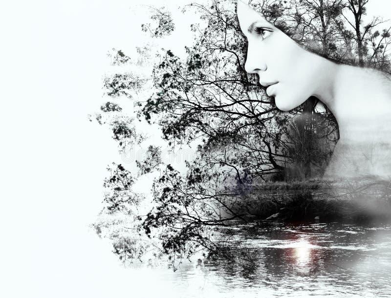 Exposição dobro da mulher e beleza da natureza no por do sol em t fotografia de stock