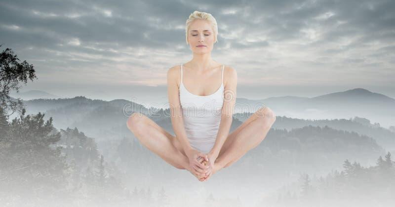 Exposição dobro da mulher sobre montanhas no tempo nevoento imagens de stock royalty free