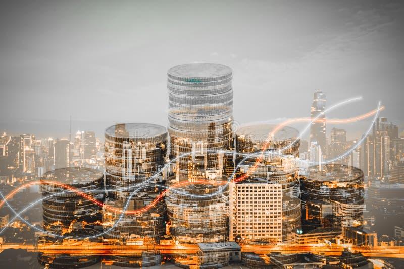 Exposição dobro das pilhas do gráfico e da moeda que crescem pilhas do crescimento com cidade moderna fotografia de stock