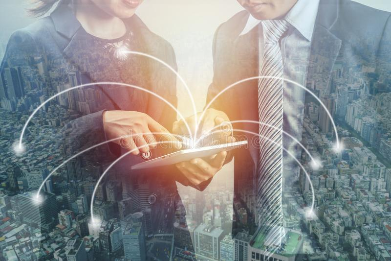 Exposição dobro de dois executivos e cidades, vista no tablep e consulta sobre o projeto do negócio, conceito como o co social fotos de stock royalty free