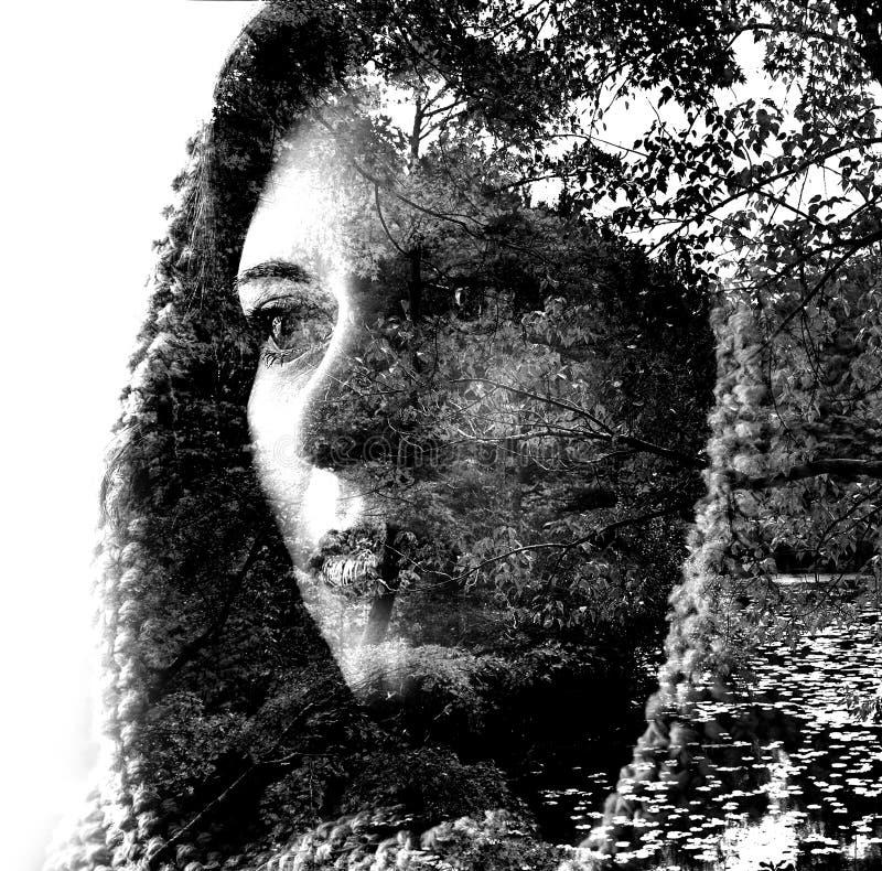 Exposição dobro de uma menina bonita nova através dos ramos e das folhas Retrato de uma mulher, olhar misterioso, olhos tristes,  ilustração do vetor