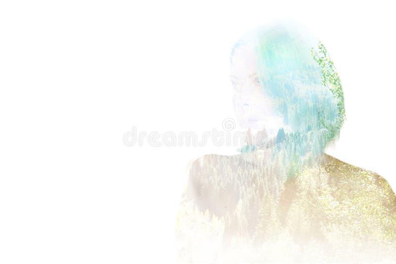 Exposição dobro de uma menina e de uma floresta da montanha o conceito da liberdade, juventude, selvagem Silhueta de uma cara mod foto de stock royalty free