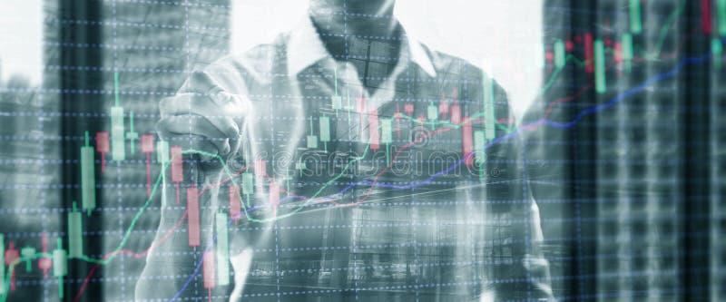 Exposição dobro do comerciante profissional As velas conservadas em estoque representam graficamente do mercado de valores de açõ foto de stock royalty free