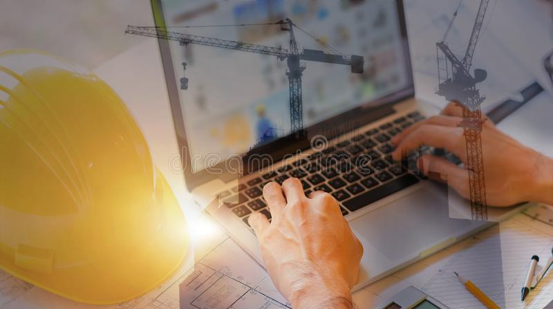 Exposição dobro do coordenador para usar seu portátil para o projeto arquitetónico e trabalho com engenharia do sócio fotografia de stock royalty free