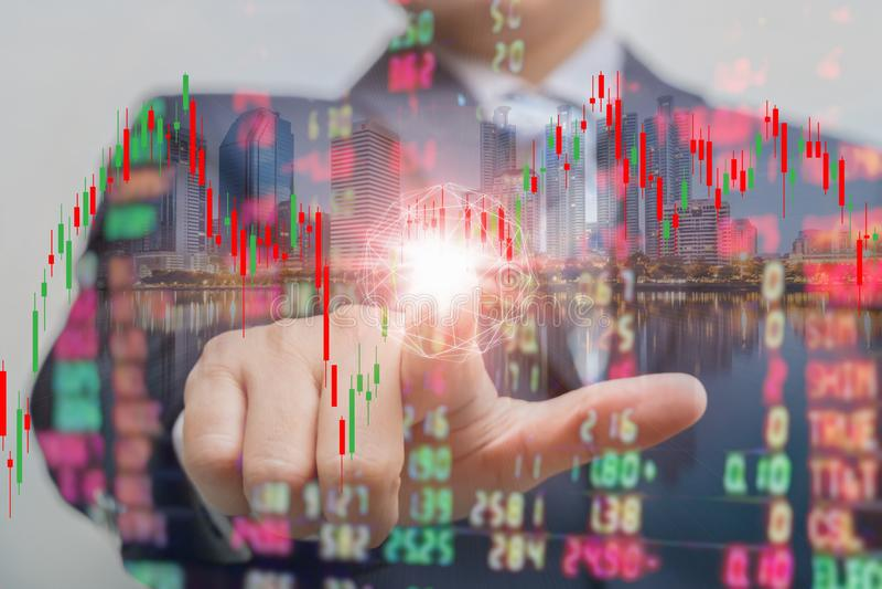 Exposição dobro do homem de negócios que empurra no tela táctil com troca do mercado de valores de ação sobre a sala de troca ilustração stock