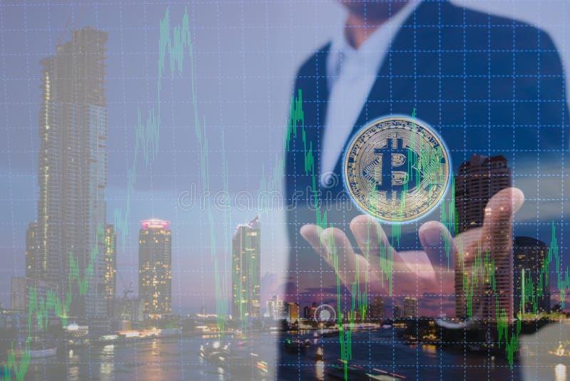 Exposição dobro do homem de negócios que guarda o bitcoin disponível e fundo defocused da carta com fundo moderno da cidade imagens de stock royalty free