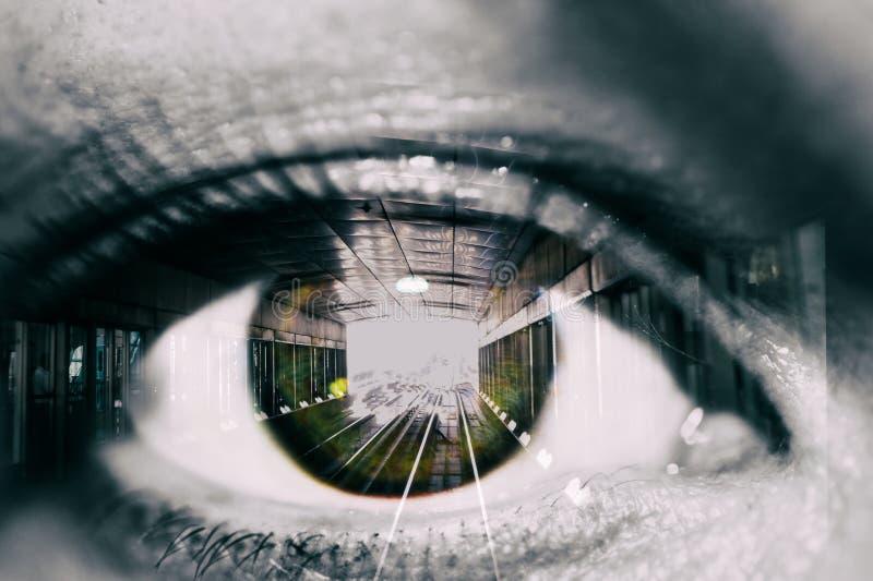 Exposição dobro do olho e do túnel fêmeas com o carro de trem no metro foto de stock
