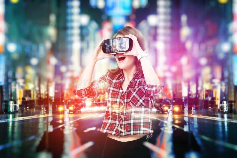 A exposição dobro, moça que obtém auriculares da experiência VR, está usando vidros aumentados da realidade, sendo em um virtual foto de stock royalty free