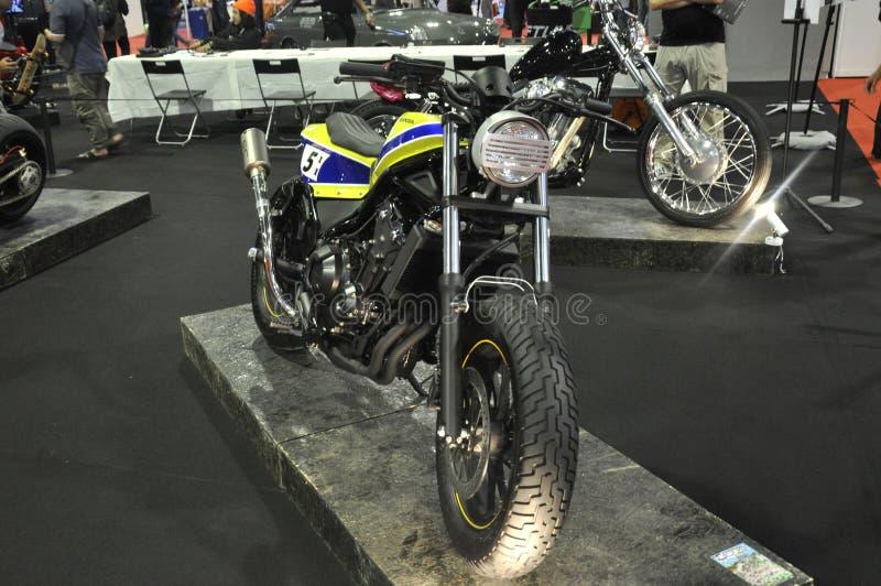 Exposição feito-à-medida da motocicleta O modelo é baseado em uma motocicleta comercial velha imagens de stock royalty free