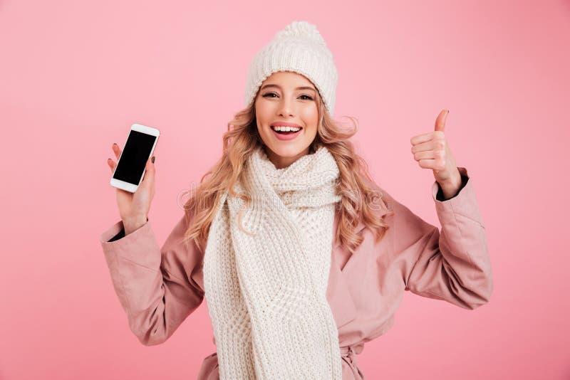 Exposição feliz da exibição da jovem mulher do telefone foto de stock royalty free