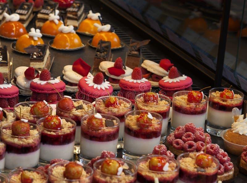 Exposição francesa da pastelaria de pastelarias deliciosas imagens de stock