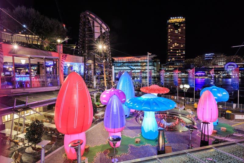 Exposição inflável colorida do cogumelo 'no festival de Sydney vívido ' foto de stock royalty free