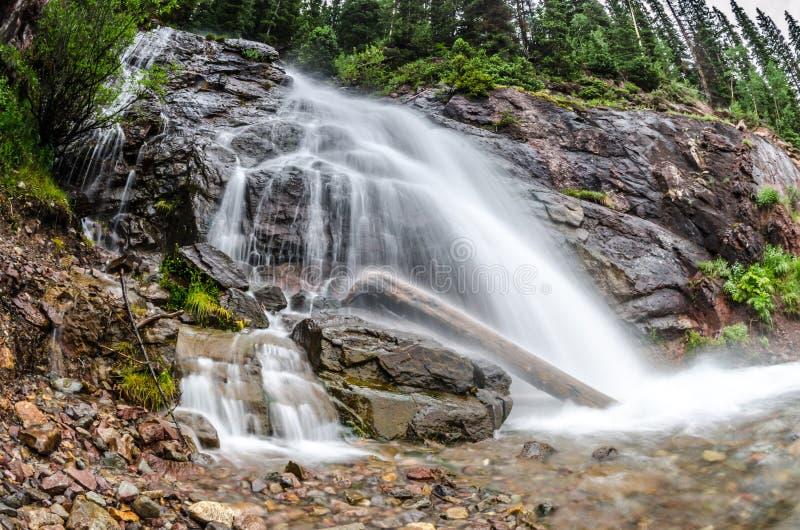 Exposição longa da cachoeira do derretimento da neve em Colorado foto de stock