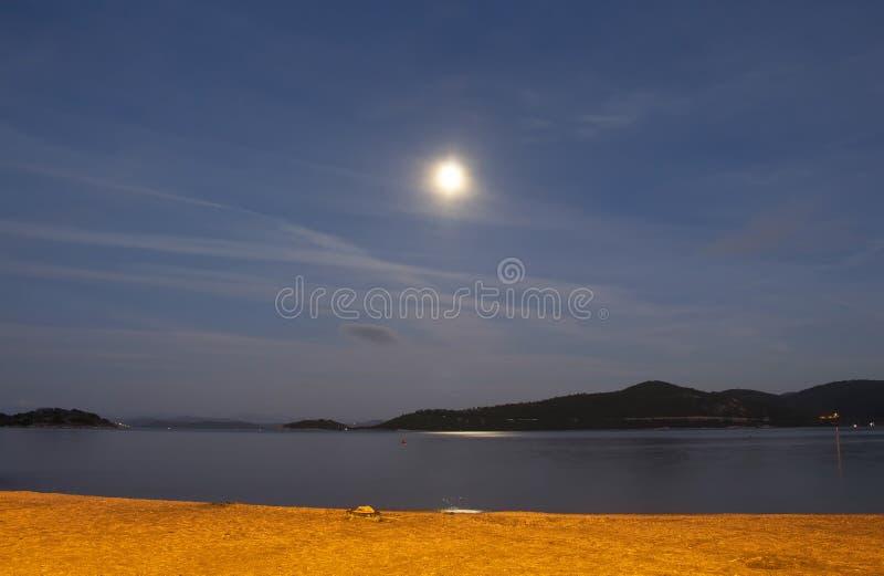 Exposição longa da Lua cheia sobre o Mar Egeu foto de stock royalty free