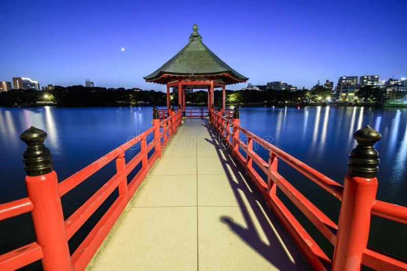 Exposição longa da paisagem da noite do pavilhão de Ukimi no parque de Ohori, Fukuoka, Japão foto de stock