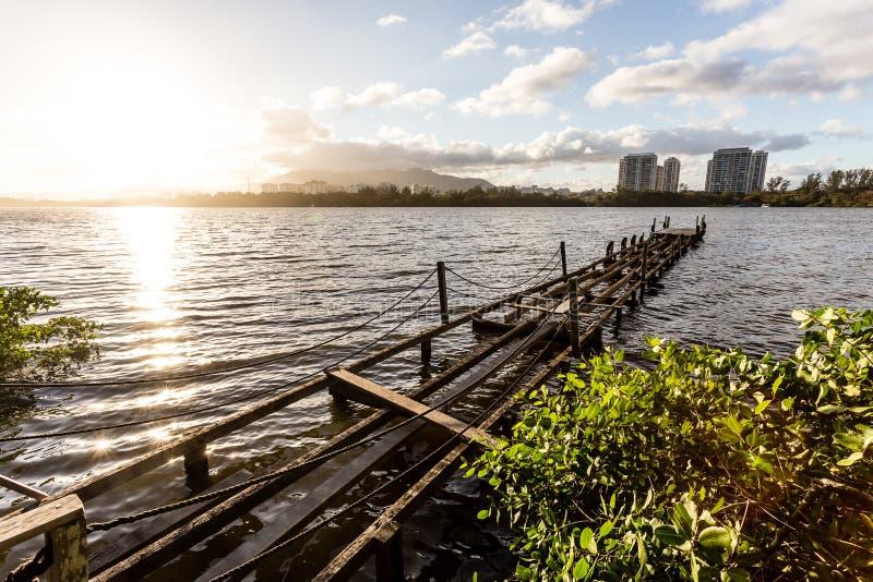 Exposição longa da plataforma no lago, céus nebulosos foto de stock royalty free