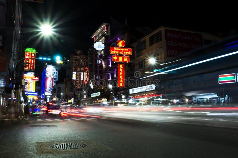 Exposição longa da rua em chinatown, Tailândia fotografia de stock