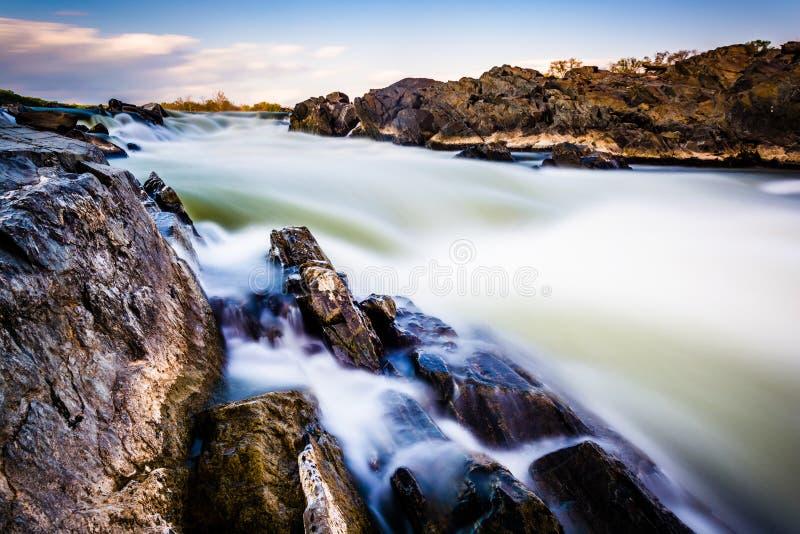 Exposição longa das cascatas no Rio Potomac no Pa de Great Falls imagens de stock royalty free