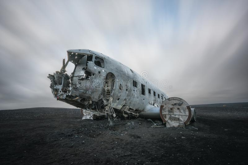 Exposição longa das nuvens que passam sobre o acidente de aviação DC-3 em Islândia imagem de stock