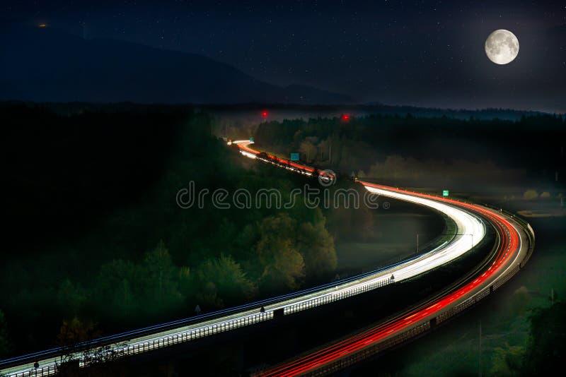 Exposição longa de luzes do carro na estrada imagem de stock royalty free