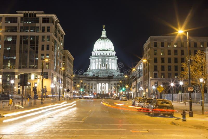 Exposição longa de Madison do centro, Wisconsin na noite imagens de stock royalty free