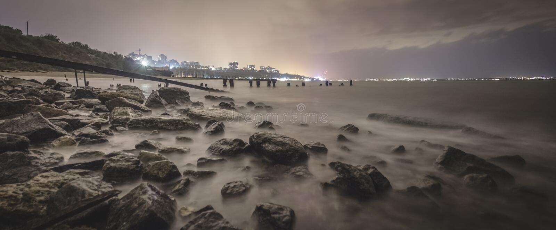 Exposição longa de uma praia rochosa impressionante em Odessa no crepúsculo imagem de stock royalty free