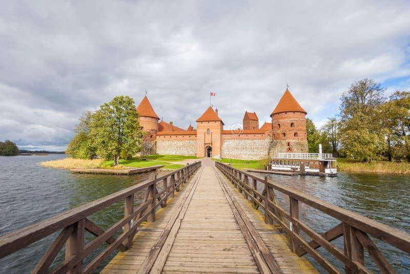 A exposição longa disparou do castelo medieval antigo na ilha de Trakai imagem de stock royalty free