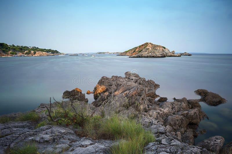 A exposição longa do lado de mar disparou de uma ilha fotografia de stock royalty free