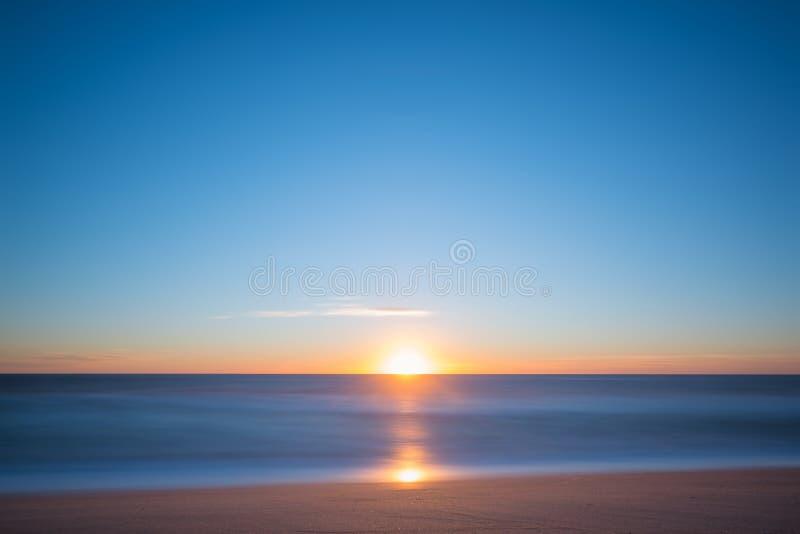 Exposição longa do nascer do sol do Seascape fotografia de stock royalty free