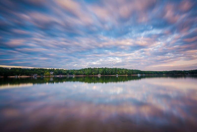 Exposição longa do normando do lago no por do sol, no lago Norman State Par fotos de stock royalty free