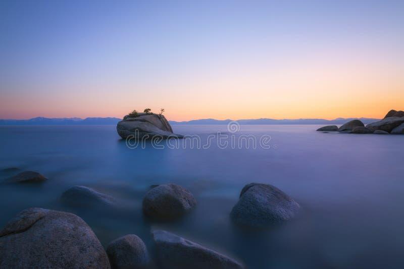 Exposição longa do por do sol da rocha dos bonsais de Nevada imagem de stock
