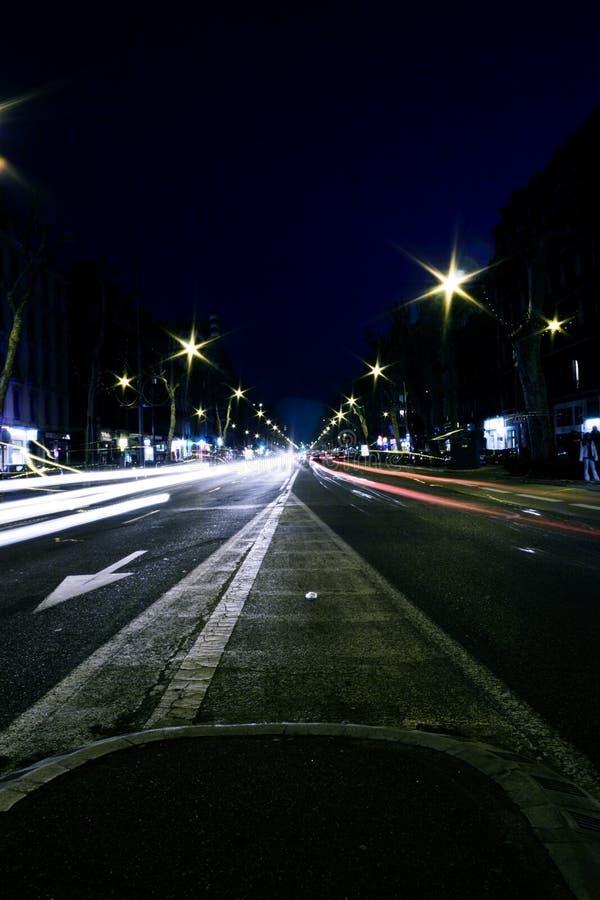 Exposição longa do tráfego da noite imagens de stock