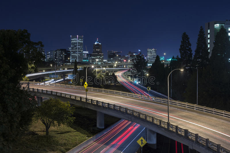 Exposição longa do tráfego da noite da skyline da cidade de Portland imagem de stock royalty free