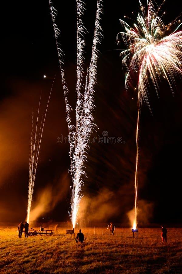 Exposição longa dos povos que deixam fora dos fogos-de-artifício imagem de stock