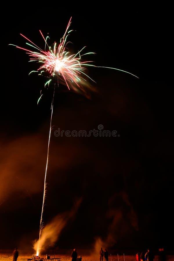 Exposição longa dos povos que deixam fora dos fogos-de-artifício fotografia de stock