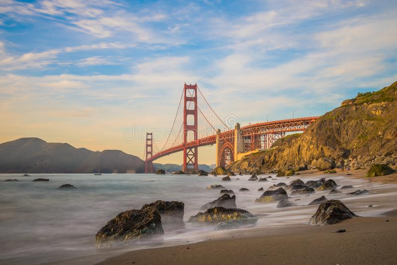 Exposição longa quando o sol for para baixo a golden gate bridge de San Francisco fotos de stock