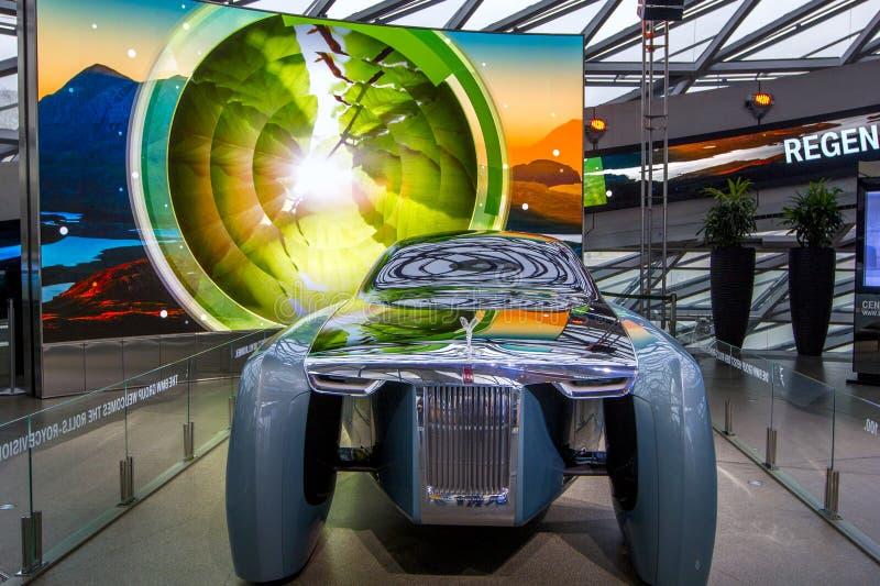 A exposição no museu de BMW apresenta o carro corajoso do conceito do futuro - 103EX-Rolls-Royce VISÃO luxuoso EM SEGUIDA 100, Mu fotos de stock royalty free